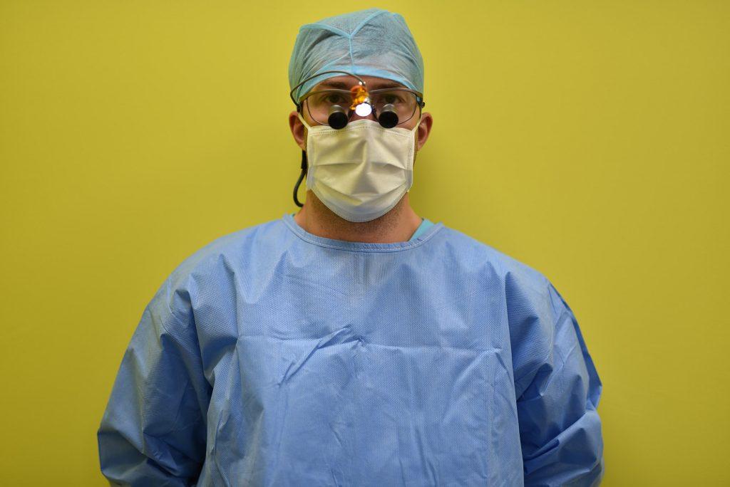 Dr Dehaine chirurgien - soins sous aide optique